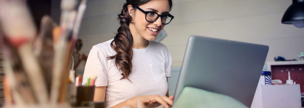 Sparer kauft online ETF Fonds am Laptop