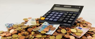 Renditerechner mit Münzgeld und Papiergeld