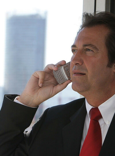 Immobilien Finanzierungsberater telefoniert